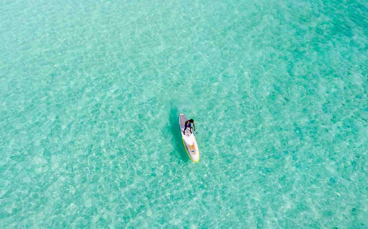 Kajak aufblasbar auf hellklarem Wasser
